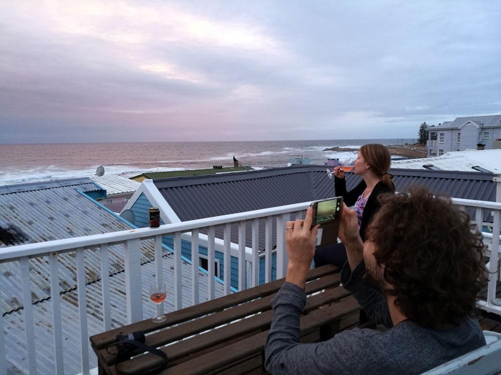 Katselemassa delfiinejä Mossel Bayn merimökin kattoterassilla