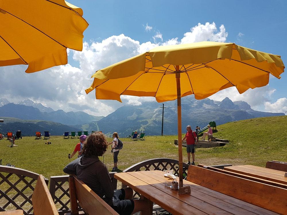 Pysähdyspaikka pyöräretkellä Dolomiiteilla