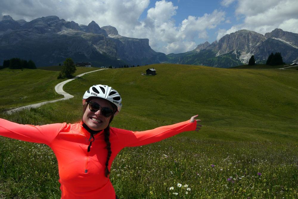 Onnellinen pyöräilijä Dolomiiteilla