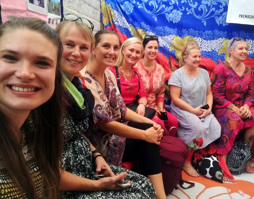 Elämäntaitoja Indoreen -lahjoittajia ja matkalaisia