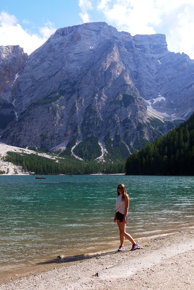 Lago di Braiesin rannalla Dolomiiteilla
