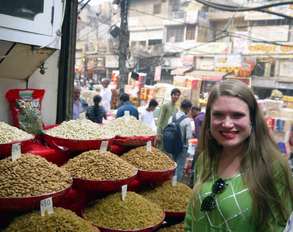 maustekaupassa vanhassa Delhissä