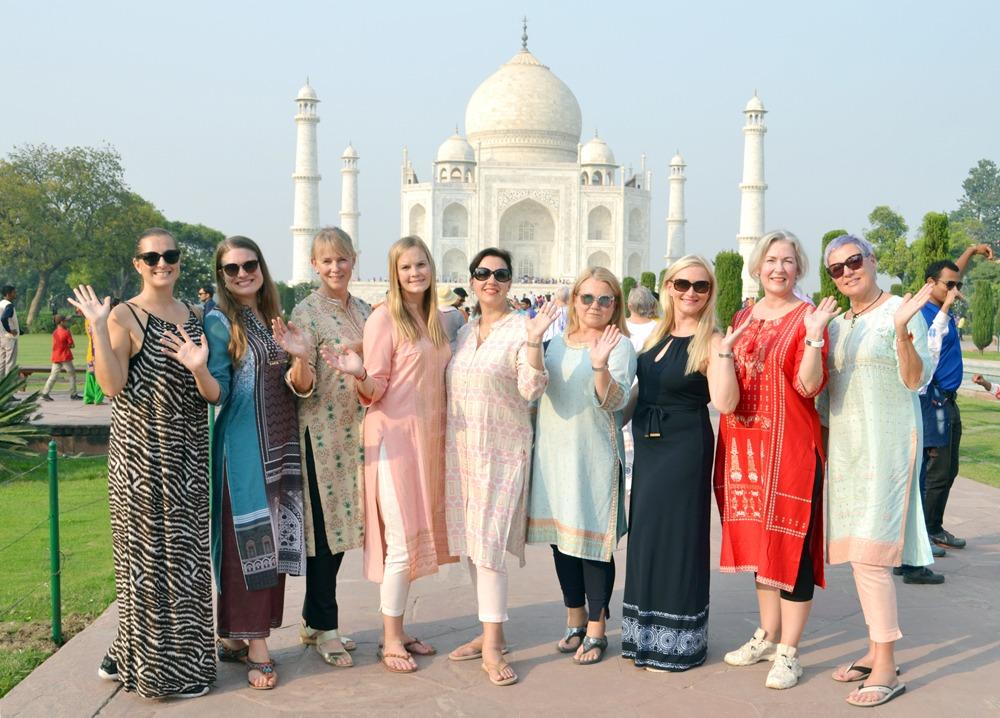 ryhmäkuva Taj Mahalilla