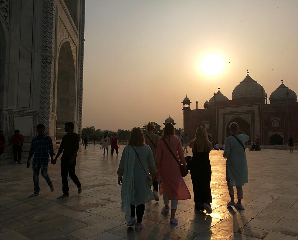 auringonlasku Taj Mahalilla