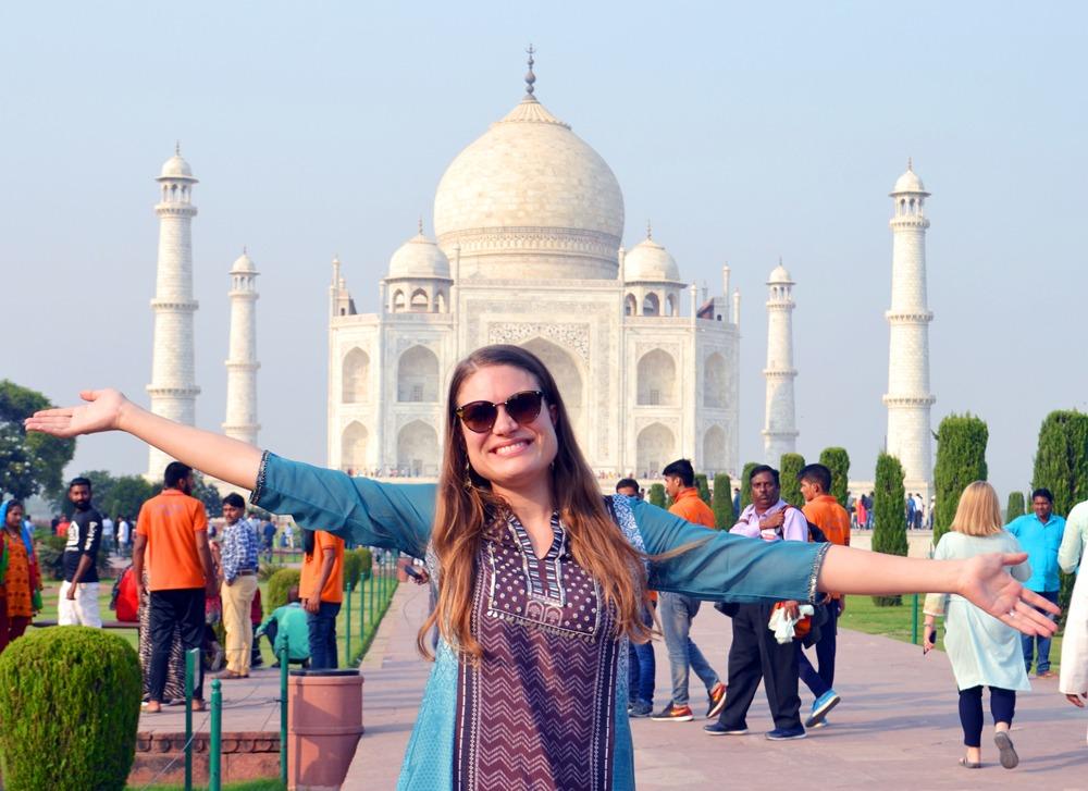 Fiilistelyä Taj Mahalin edessä