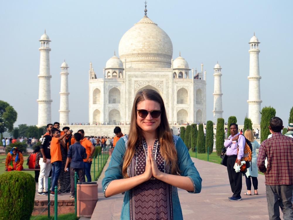 Namaste Taj Mahalin edessä