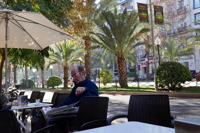 mies lukee sanomalehteä Alicantessa