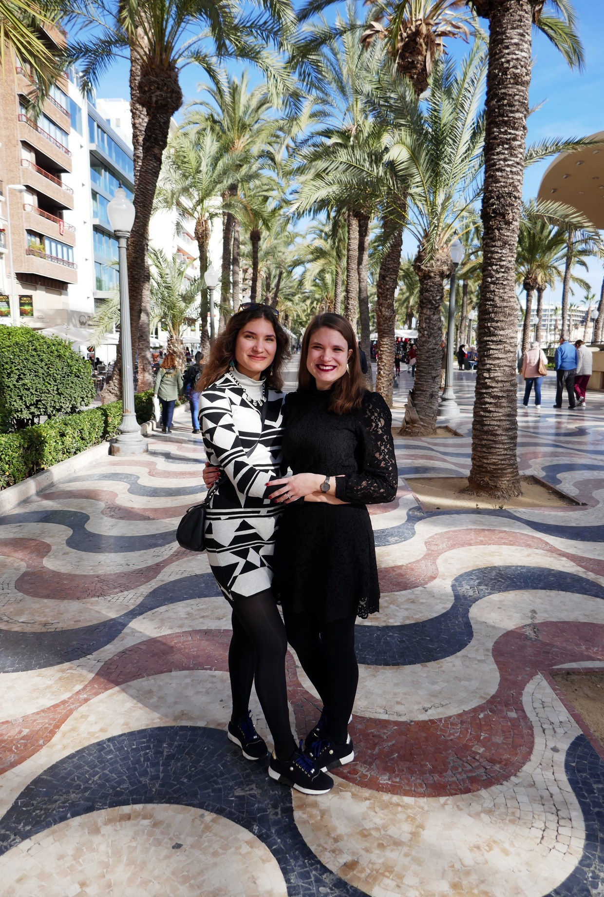 siskokset Alicanten rantapromenadilla Explanada de Españalla