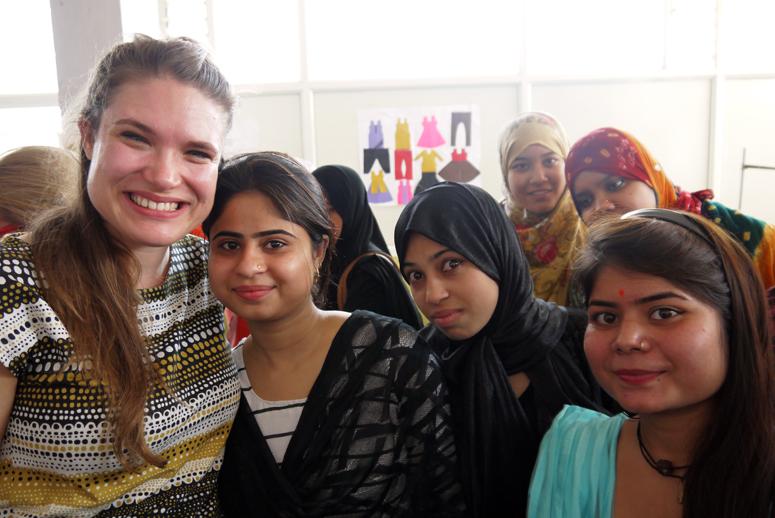 Intian Indoren tyttöjä ja naisia paikallisessa koulutuskeskuksessa