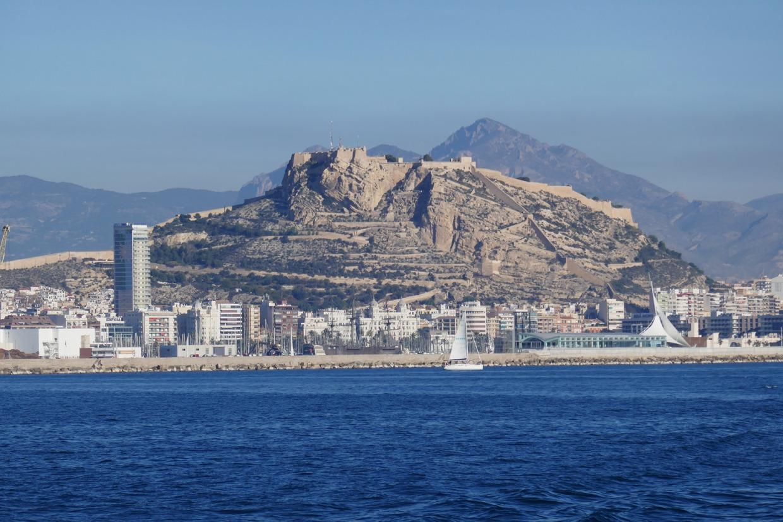 Monte Benacantil -kukkula erottuu Alicanten maisemista
