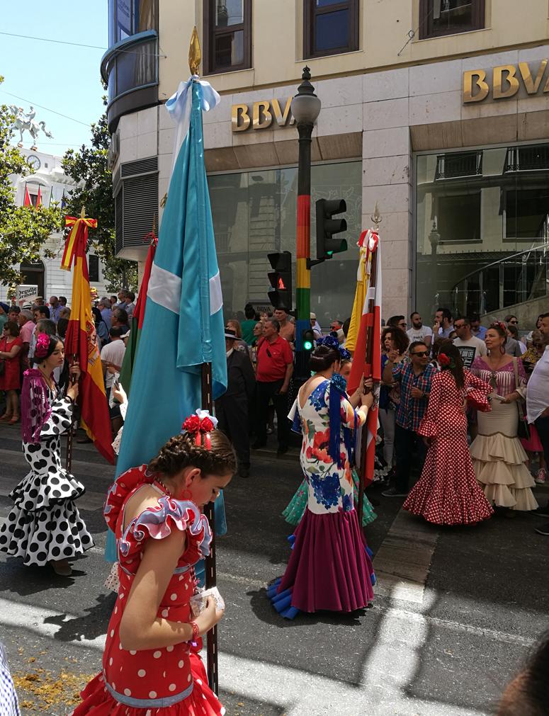 Flamencopukuisia naisia Granadassa