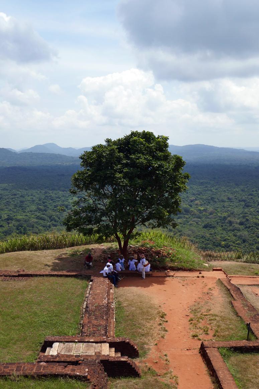 paikalliset viettämässä vapaapäivää Sigiriyalla