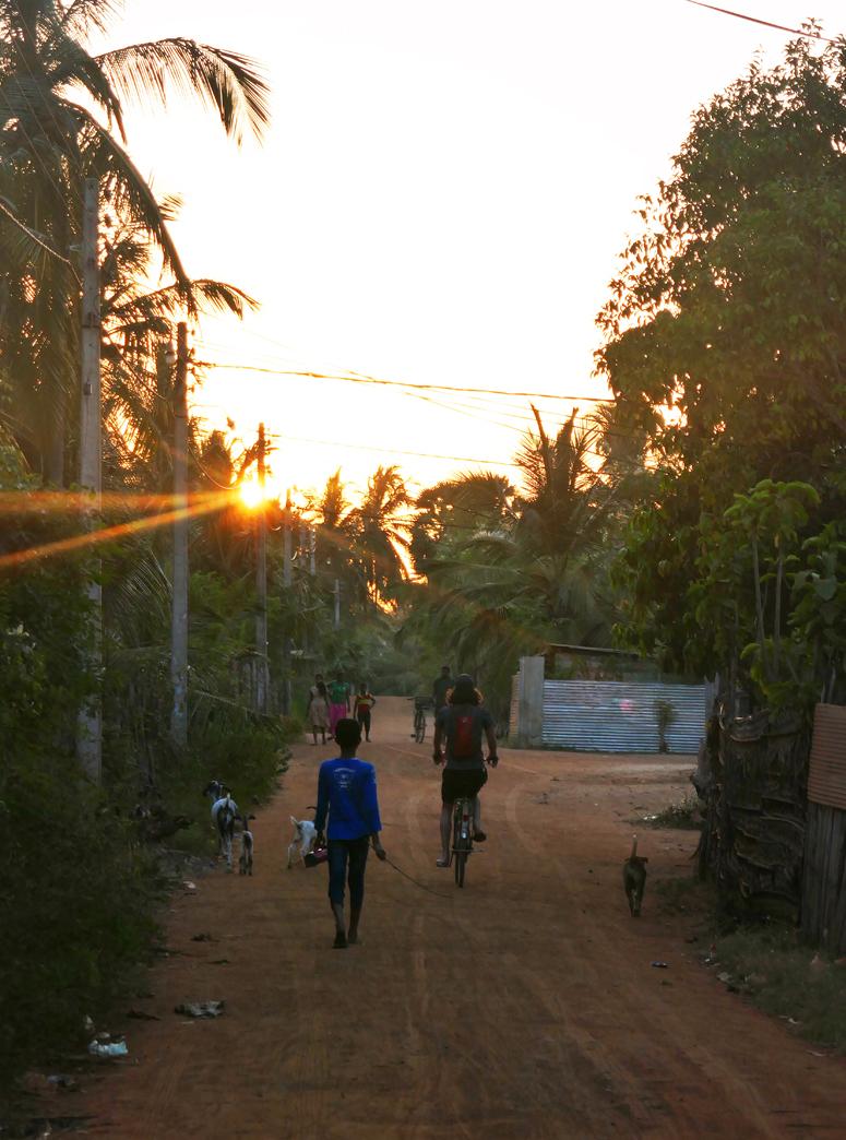 auringonlasku paikallisella kylällä Kalpitiyassa