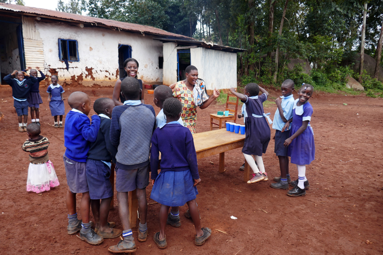 Kenialaisen koulun pihalla leikkimässä