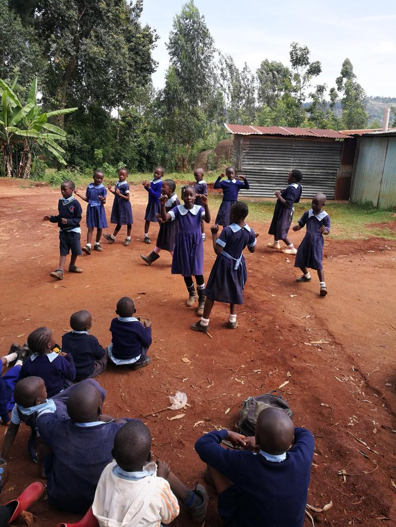 Lapset tanssivat kenialaisen koulun pihalla