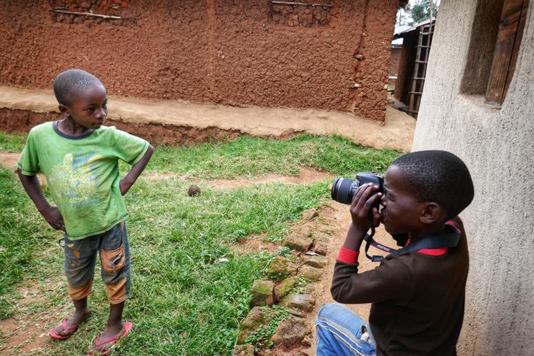 Lapset harjoittelevat valokuvausta Keniassa