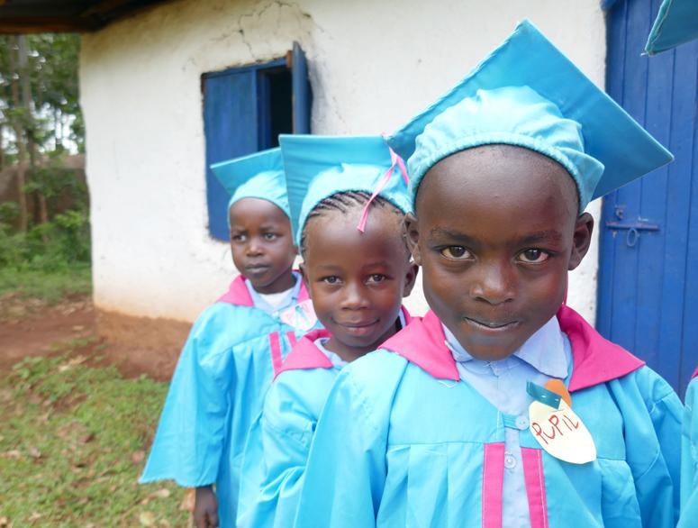 kenialaisia koululaisia valmistujaisjuhlissa