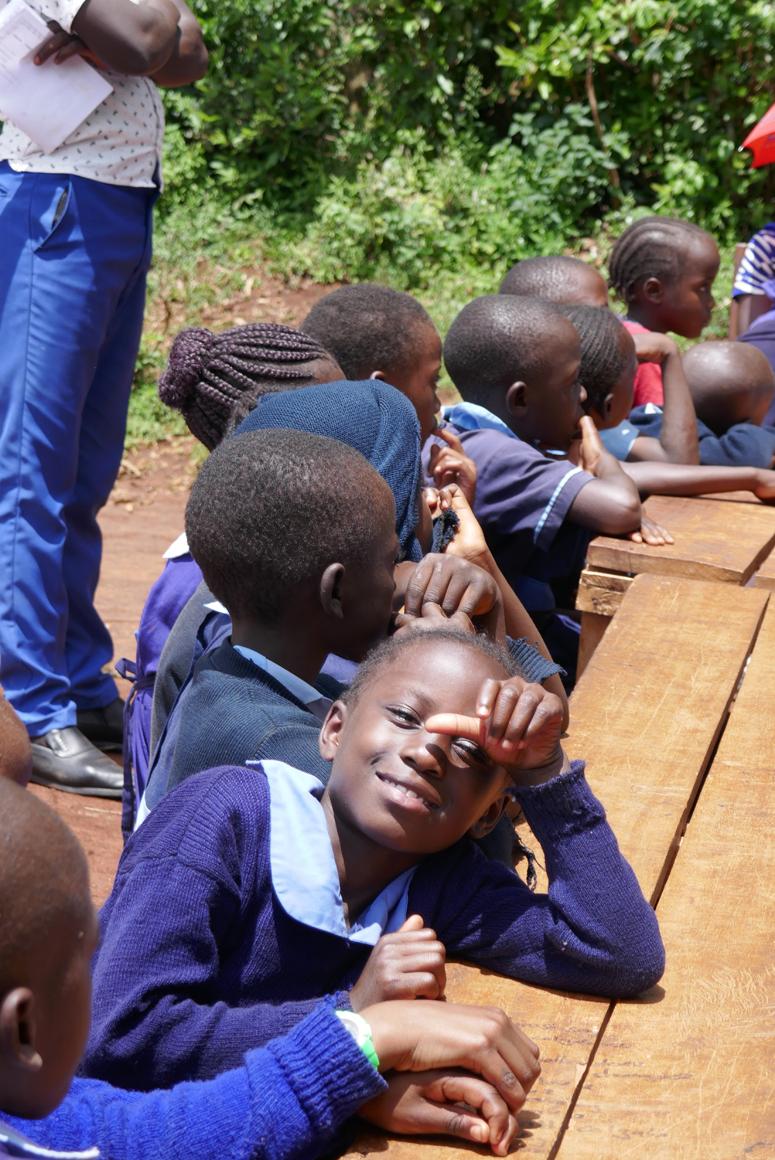 tyttö kenialaisen koulun juhlissa