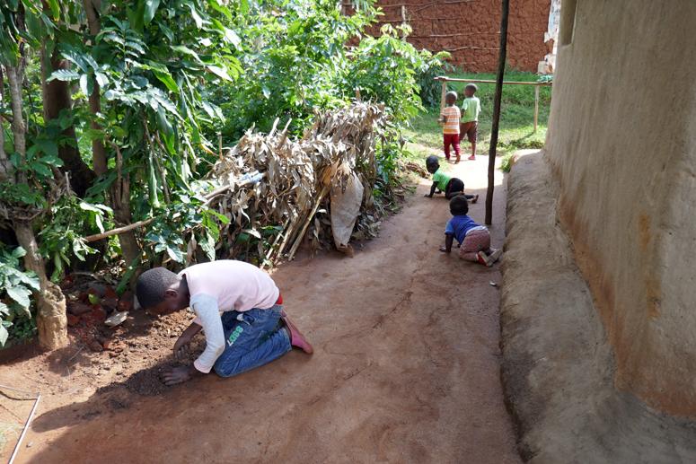 lapset leikkivät Keniassa