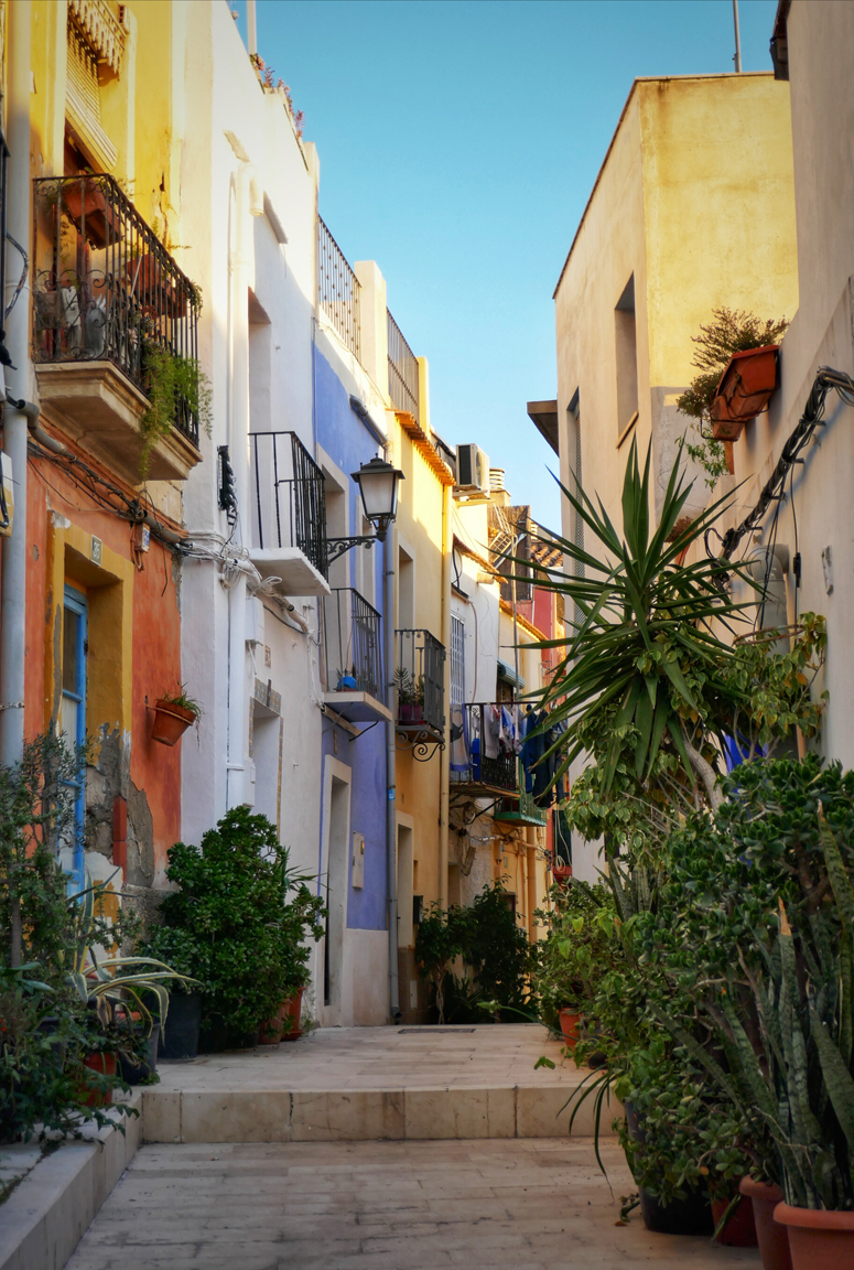 Alicanten upeita rakennuksia ja kapeita kujia