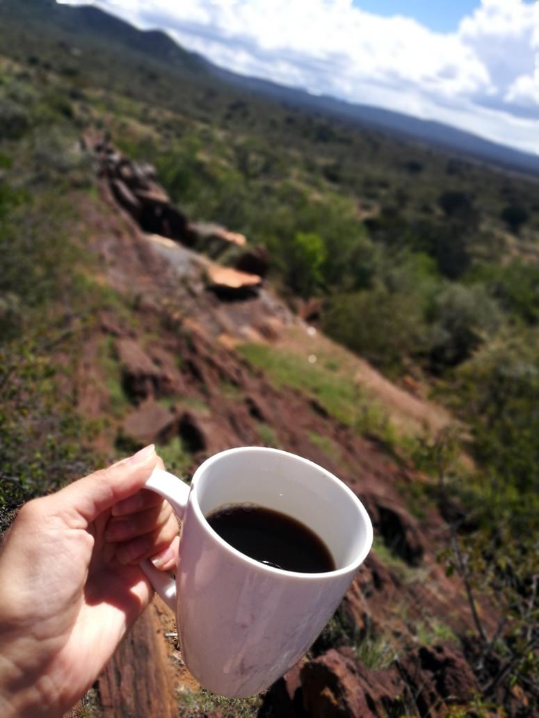 Kahvikuppi Maji Moton maisemien äärellä Keniassa