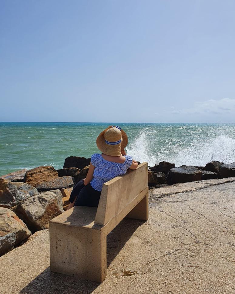 Penkillä istumassa meren äärellä